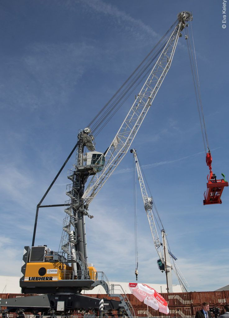 Logistics BusinessLiebherr LHM 280 with hybrid drive for Vienna