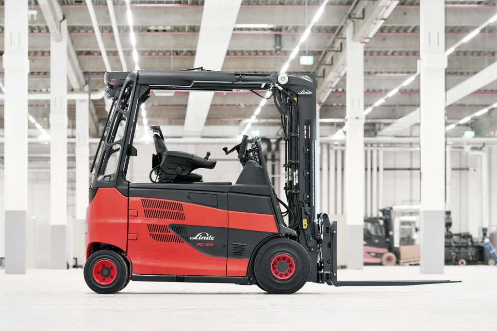 Logistics BusinessCurtain Up for Roadster with Fuel Cell Drive